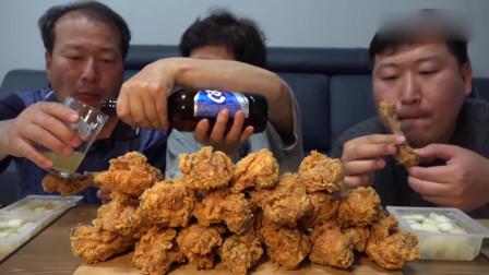 韩国农村一家人一顿干掉一大堆炸鸡腿,能一口吞掉的坚决不用两口