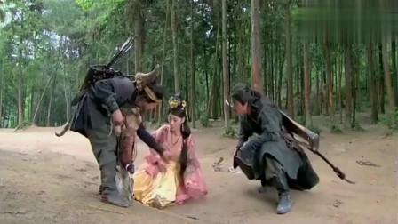 心机女被爱人踢下马,流落荒野遇到两个大汉,结果很意外