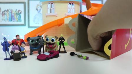 迪斯尼小小狗朋友宾果和罗利找到一个麦当劳的快乐餐充满惊喜玩具