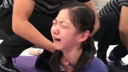 这就是舞蹈生压腿训练吗?太痛苦了,小女孩实在忍不住哭出了声