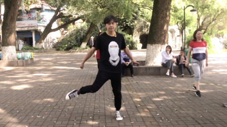 简单好看的鬼步舞《赴汤蹈火》,全是基础步,17岁小伙舞步真飘逸