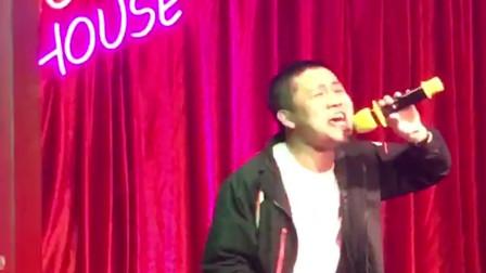 酒吧小哥翻唱经典歌曲嗓音太震撼,歌声听不懂,你能听懂吗?