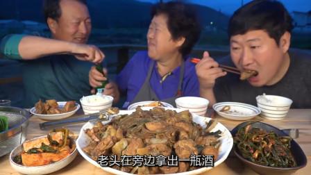 韩国农村一家吃播:老两口吃炖鸡喝酒,儿子在一旁干瞪眼!