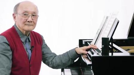 老师弹奏《哈农》,并且重复强调扩指,而且还亲自示范