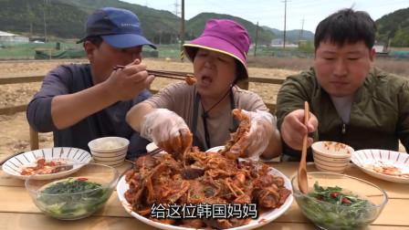 韩国农村一家玩吃播,老两口直播秀恩爱,儿子选择默默吃肉!