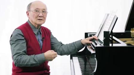 音符上行时要右手扩指,老师亲自示范弹奏《哈农》,你们学会了吗?