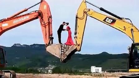 """这才是""""爱岗敬业""""的挖掘机师傅,结婚照这样拍,太浪漫了!"""