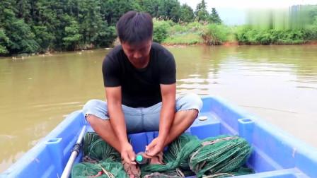 二姐要从深圳回来了,小伙划船抓二姐爱吃的河虾,这弟弟真好