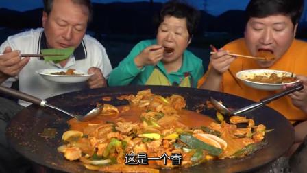 韩国农村的一顿饭,今天吃猪肉泡菜,油而不腻,一家人还不够吃