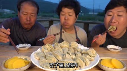 韩国农村一家吃播:妈妈做的饺子,儿子一口一个,一家人吃的太香了