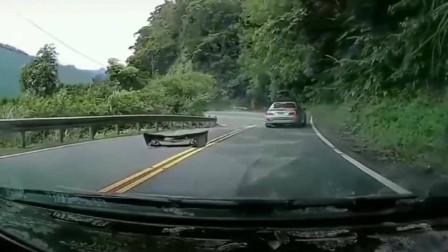 弯道超车这就是下场,直接把自己飘飞了!