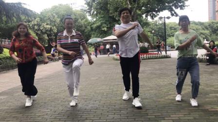 大叔大婶公园跳鬼步舞,节奏强劲,看着真带劲!