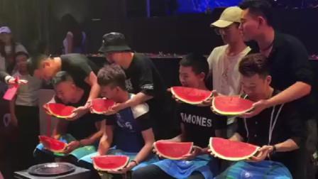 这不是吃西瓜比赛,是磨牙比赛吧