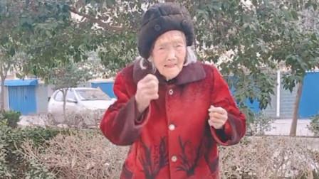 说了你可能不信,百岁老奶奶跳舞活力十足,这精神是年轻人比不了的