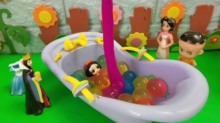 王后为了让小白雪洗澡,抢了大头的珍珠浴!