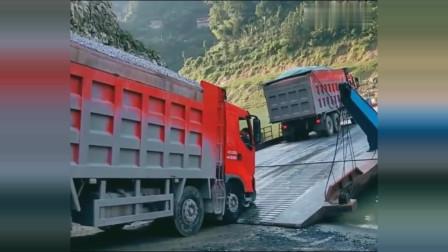 货车上船坡度太陡,船上哥们倒车帮忙压低!