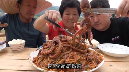 韩国农村家庭一顿饭,今天吃排骨炖海鲜,妈妈厨艺一流,看着很开胃