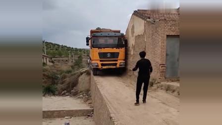 佩服司机胆量,这车走得太冒险了,就怕这路不行!