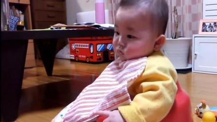 六个月宝宝第一次吃辅食,尝了一口就停不下来了!