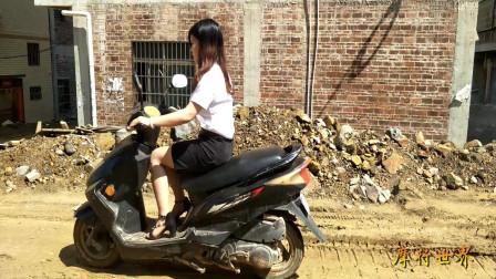 35美女骑摩托车,美女踩发摩托车