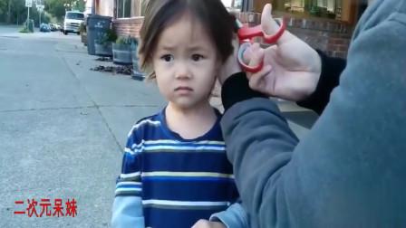 爸爸趁妈妈不在家剪女儿头发,小女孩的表情网友看了直呼太委屈了