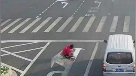 奇葩小伙真任性,嫌路太堵直接买涂料干脆把路标给改了!