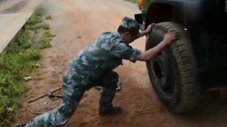 实在没有千斤顶的情况下,看兵哥哥如何更换轮胎