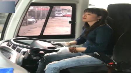 姑娘拿的是A2驾照,但第一次见她这种操作,打方向盘的动作太帅