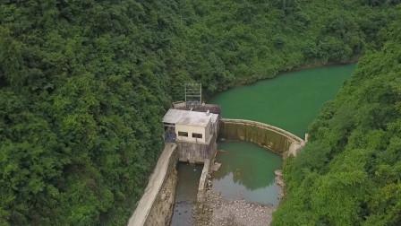 航拍贵州深山一水电站,一男子在里面工作34年,每天钓鱼养花