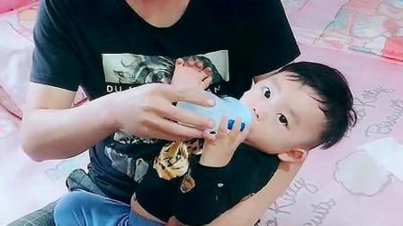 爸爸给萌娃喂奶,接下来的一幕没想到,网友:是亲生的吗?