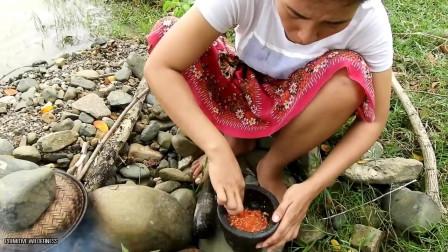 东南亚大嫂穿裙子在野外河里抓螃蟹来吃野外