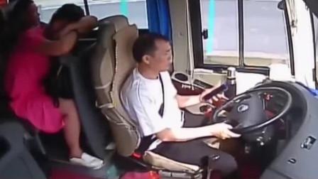 拿生命当儿戏!高速路上客车司机玩手机长达三分钟之久,监控曝光