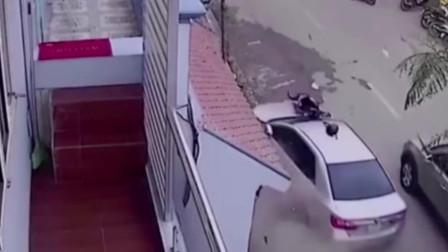 令人气愤!司机强行逆行超车,结果撞倒多个无辜行人!