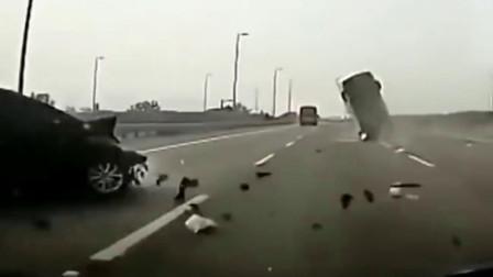 两轿车惨烈相撞,经过死亡翻滚后,司机甩出车外!