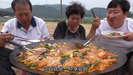 韩国农村家庭的一餐,今天吃牛肚火锅,胖儿子吃的满嘴流油,真过瘾