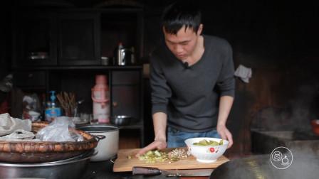 贵州这村子住在深山,在外打工的男孩回家挖野菜,舌尖上的乡愁