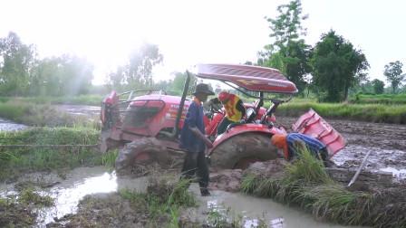 拖拉机陷泥坑,这样脱困可比挖掘机救援刺激多了!