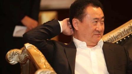 富豪和董明珠抢位置,助理一句话,王健林一旁直发笑!