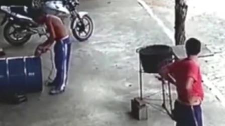 悲剧!无知男子切割油桶,当场被炸飞了!