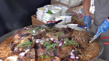 国外街头熬煮的一大锅炖肉,搭配酸黄瓜别有一番滋味!