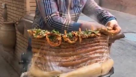 第一次见这样的特色小吃,这么大一张饼,帅哥这是在弄什么!