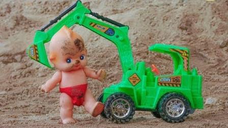 挖掘机带小娃娃清洗身上的泥土
