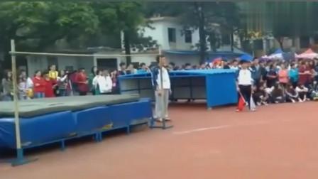 校运会跳高比赛,第一个小伙吓坏众人,后面的小伙压力太大了!