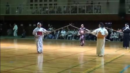 日本女人都这么彪悍吗?刀术玩的这么流畅!