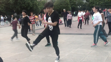 广场鬼步舞《远方的歌谣》,舞步轻快,节奏感十足,精彩