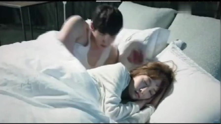 小情侣太甜蜜,女友睡觉男友都要看入迷了