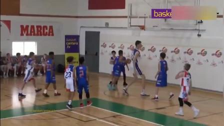 15岁就2米31了,扣篮不用跳,篮球举过头顶防守队员只有看得份了!