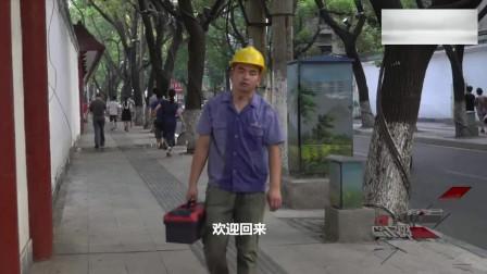 暖哭!农民工中暑晕倒街头,白发老大爷毫不犹豫上前相助
