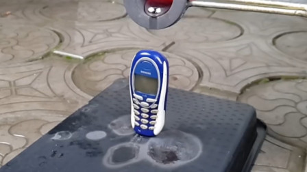 将熔岩倒在手机上,手机会完好无损吗?熔岩:别小看我了!