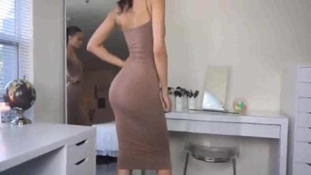 美女穿什么都性感,紧身包臀裙,没凹凸有致的魔鬼身材真不敢穿出来!